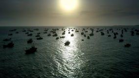 Το χρυσό ηλιοβασίλεμα φωτίζει τον τρόπο για τα αλιευτικά σκάφη φιλμ μικρού μήκους