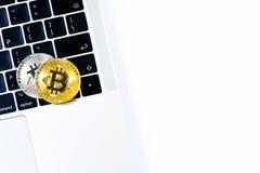 Το χρυσό και ασημένιο νόμισμα κομματιών με το τοπ επίπεδο άποψης βάζει και επάνω Στοκ φωτογραφία με δικαίωμα ελεύθερης χρήσης
