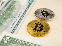 Το χρυσό και ασημένιο νόμισμα bitcoin στα αμερικανικά δολάρια κλείνει επάνω Στοκ Φωτογραφία