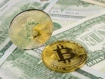 Το χρυσό και ασημένιο νόμισμα bitcoin στα αμερικανικά δολάρια κλείνει επάνω Στοκ Εικόνες