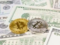 Το χρυσό και ασημένιο νόμισμα bitcoin στα αμερικανικά δολάρια κλείνει επάνω Στοκ Εικόνα