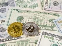 Το χρυσό και ασημένιο νόμισμα bitcoin στα αμερικανικά δολάρια κλείνει επάνω Στοκ εικόνες με δικαίωμα ελεύθερης χρήσης