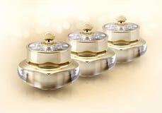 Το χρυσό καλλυντικό βάζο κορωνών ακτινοβολεί επάνω Στοκ Εικόνες