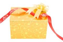 Το χρυσό κιβώτιο δώρων με το τόξο απομονώνει στοκ φωτογραφία
