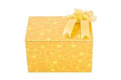 Το χρυσό κιβώτιο δώρων με το τόξο απομονώνει στοκ εικόνα με δικαίωμα ελεύθερης χρήσης