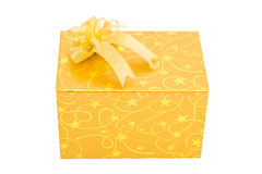 Το χρυσό κιβώτιο δώρων με το τόξο απομονώνει στοκ φωτογραφία με δικαίωμα ελεύθερης χρήσης