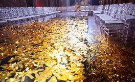 Το χρυσό κομφετί με το σπινθήρισμα ακτινοβολεί στο λοβό έκθεσης μόδας Στοκ φωτογραφία με δικαίωμα ελεύθερης χρήσης