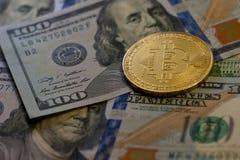 Το χρυσό νόμισμα bitcoin στα αμερικανικά δολάρια κλείνει επάνω-3 στοκ εικόνες με δικαίωμα ελεύθερης χρήσης