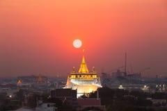 Το χρυσό υποστήριγμα σε Wat Saket κατά τη διάρκεια του ηλιοβασιλέματος, ταξιδεύει το piblic landm στοκ φωτογραφία με δικαίωμα ελεύθερης χρήσης