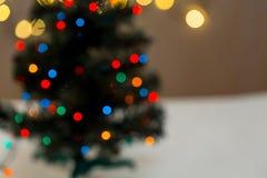 Το χρυσό υπόβαθρο Χριστουγέννων de-η γιρλάντα φω'των με το διακοσμημένο δέντρο Στοκ Εικόνα