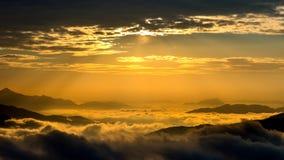 Το χρυσό φως στα βουνά καλύπτεται από την ομίχλη και την ανατολή πρωινού στη Σεούλ, Κορέα Στοκ Εικόνες