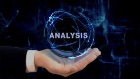 Το χρωματισμένο χέρι παρουσιάζει ανάλυση ολογραμμάτων έννοιας σε ετοιμότητα του στοκ φωτογραφία με δικαίωμα ελεύθερης χρήσης
