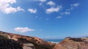 Το χρόνος-σφάλμα που πυροβολείται μιας παραλίας με τους βράχους, την άμμο, τα κύματα και τη γρήγορη κίνηση καλύπτει απόθεμα βίντεο