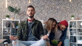 Το χρόνος-σφάλμα του γενειοφόρου ατόμου που στηρίζεται στη συνεδρίαση εργασίας στο λωτό θέτει στο γραφείο τη χαλάρωση φιλμ μικρού μήκους