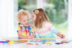 Το χρώμα παιδιών και σύρει στο σπίτι Στοκ Φωτογραφίες