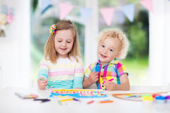 Το χρώμα παιδιών και σύρει στο σπίτι Στοκ Εικόνες