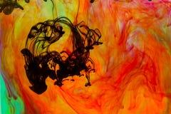 Το χρώμα που διαδίδεται στο νερό στοκ εικόνες