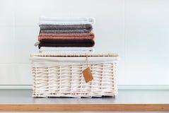 Το χρώμα σωρών που οι καθαρές πετσέτες βρίσκονται ο πίνακας καλαθιών Στοκ εικόνες με δικαίωμα ελεύθερης χρήσης