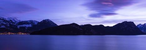 Το χρώμα της νύχτας είναι βασιλικό μπλε Λίμνη Λουκέρνης Vitznau στοκ φωτογραφία με δικαίωμα ελεύθερης χρήσης