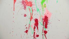 Το χρώμα ψεκασμού των διαφορετικών χρωμάτων εμφανίζεται στον τοίχο απόθεμα βίντεο