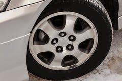 Το χρώμιο που καλύφθηκε πέταξε τη ρόδα αργιλίου στο αυτοκίνητο με μια μαύρη λαστιχένια ρόδα, πέντε τρύπες για να τοποθετήσει μπου στοκ φωτογραφίες με δικαίωμα ελεύθερης χρήσης