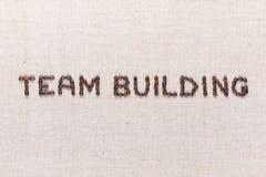 Το χτίσιμο ομάδας λέξεων που γράφεται με τα φασόλια καφέ, που ευθυγραμμίζονται στο κέντρο, κλείνει επάνω στοκ φωτογραφία με δικαίωμα ελεύθερης χρήσης