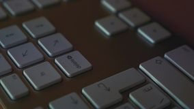 Το χτύπημα ατόμων διαγράφει το κλειδί στο πληκτρολόγιο φιλμ μικρού μήκους