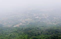 Το χωριό επαρχίας καλύπτεται με την ομίχλη στοκ φωτογραφίες