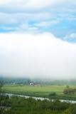 Το χωριό κάτω από το σύννεφο Γιγαντιαίο σύννεφο Ορεινό χωριό ομιχλώδης καιρός Στοκ εικόνα με δικαίωμα ελεύθερης χρήσης