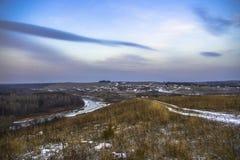 Το χωριό και ο ποταμός στο ηλιοβασίλεμα Στοκ Εικόνες