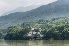Το χωριό κατά μήκος του ποταμού Fuchun στοκ εικόνα