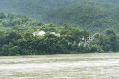 Το χωριό κατά μήκος του ποταμού Fuchun στοκ εικόνες με δικαίωμα ελεύθερης χρήσης