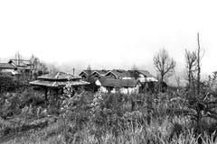 το χωριό στεγάζει κοντά στην ΑΜ Bromo που καλύπτεται με την υδρονέφωση στοκ εικόνα με δικαίωμα ελεύθερης χρήσης