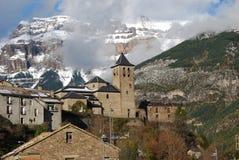 Το χωριό Torla & x28 Pyrenees& x29  δίπλα στα χιονώδη βουνά Στοκ φωτογραφία με δικαίωμα ελεύθερης χρήσης