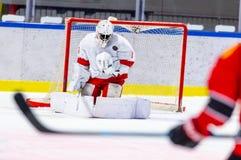 Το χόκεϋ πάγου goalie κάνει έναν μεγάλο εκτός από στοκ φωτογραφίες