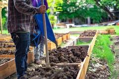 Το χώμα flowerpot ορθογωνίων προετοιμάζεται για το homegrown λαχανικό φυτεύοντας στον κήπο στοκ φωτογραφία με δικαίωμα ελεύθερης χρήσης