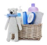 Το ψάθινο καλάθι με τα καλλυντικά προϊόντα μωρών και πλεκτός αντέχει α στοκ φωτογραφίες