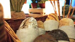 Το ψάθινο καλάθι είναι ψημένο σπιτικό ψωμί απόθεμα βίντεο