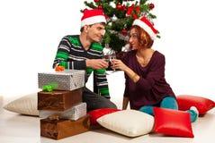 Το ψήσιμο ζεύγους και γιορτάζει τα Χριστούγεννα Στοκ Φωτογραφία