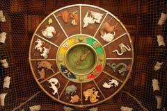 το ψαλίδισμα περιέχει ψηφιακό zodiac ροδών μονοπατιών απεικόνισης κλίσεων Στοκ Εικόνα