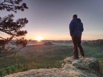 Το ψηλό άτομο στα αθλητικά ενδύματα απολαμβάνει το πρωί στην καθαρή φύση στοκ φωτογραφίες με δικαίωμα ελεύθερης χρήσης