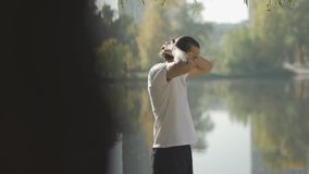 Το ψηλό αρσενικό ισιώνει την τρίχα του πίσω στη λίμνη απόθεμα βίντεο