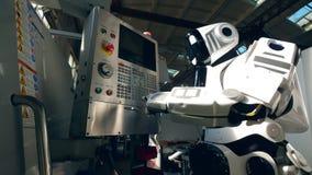 Το ψηλό cyborg ωθεί τα κουμπιά στο πίνακα ελέγχου απόθεμα βίντεο