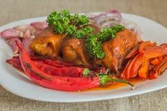 Το ψημένο γεμισμένο λάχανο κάτω από τη σάλτσα από kefir και τις ντομάτες Στοκ Εικόνες