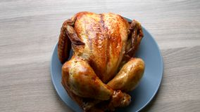 Το ψημένο στη σχάρα κοτόπουλο βάζει σε ένα μπλε πιάτο απόθεμα βίντεο