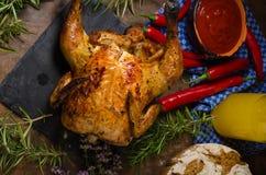 Το ψημένο στη σχάρα κοτόπουλο στο α μπορεί της μπύρας Στοκ φωτογραφία με δικαίωμα ελεύθερης χρήσης