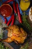 Το ψημένο στη σχάρα κοτόπουλο στο α μπορεί της μπύρας Στοκ Εικόνες