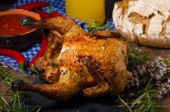 Το ψημένο στη σχάρα κοτόπουλο στο α μπορεί της μπύρας Στοκ εικόνα με δικαίωμα ελεύθερης χρήσης