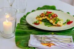 Το ψημένο στη σχάρα στήθος κοτόπουλου με το αβοκάντο, salsa ντοματών και τα φασόλια μωρών Στοκ εικόνα με δικαίωμα ελεύθερης χρήσης