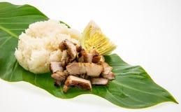 Το ψημένο στη σχάρα χοιρινό κρέας και το κολλώδες ρύζι βγάζουν φύλλα επάνω Στοκ φωτογραφίες με δικαίωμα ελεύθερης χρήσης